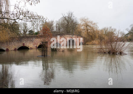Sonning Bridge over the river Thames at Sonning on Thames in full flood. - Stock Photo