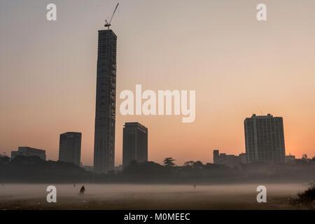 Kolkata. 23rd Jan, 2018. People walk in dense fog in Kolkata, India on Jan. 23, 2018. Credit: Tumpa Mondal/Xinhua/Alamy - Stock Photo
