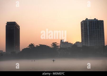 Kolkata. 23rd Jan, 2018. A man exercises in dense fog in Kolkata, India on Jan. 23, 2018. Credit: Tumpa Mondal/Xinhua/Alamy - Stock Photo