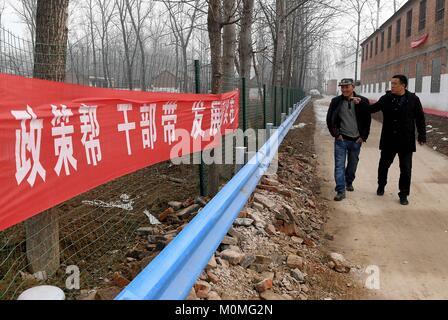 (180123) -- ZHENGZHOU, Jan. 23, 2018 (Xinhua) -- First secretary Liu Junyi (R) of Xulou Village discusses with a - Stock Photo