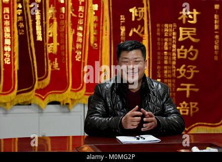(180123) -- ZHENGZHOU, Jan. 23, 2018 (Xinhua) -- First secretary Han Yunan of Qianhe Village tells his experience - Stock Photo
