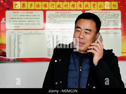 (180123) -- ZHENGZHOU, Jan. 23, 2018 (Xinhua) -- First secretary Liu Junyi of Xulou Village make phone calls to - Stock Photo