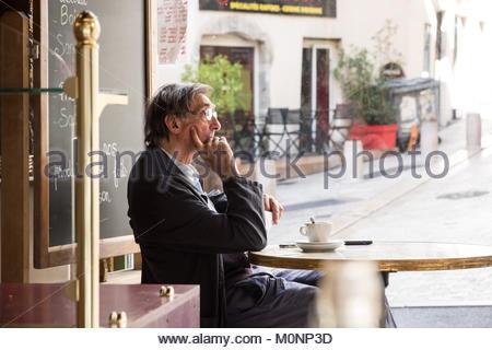 Lyon, 1. Arrondissement, Rue des Capucins, ein Mann sitzt in einem Cafe (MR = NO.NO MODEL RELEASE, EDITORIAL ONLY) - Stock Photo