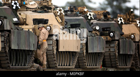 Marines with 2nd Tank Battalion, 2nd Marine Division secure M1A1 battle tanks to train cars for transport to Fort - Stock Photo