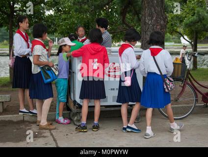 Ice cream street vendor with pioneers in Songdowon international children's union camp, Kangwon Province, Wonsan, - Stock Photo
