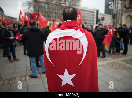 Frankfurt am Main, Germany. 24th Jan, 2018. A protester wrapped in a Turkish flag attending a rally in front of - Stock Photo