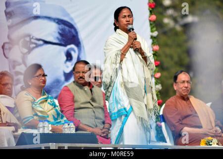 Kolkata, India. 23rd Jan, 2018. West Bengal Chief Minister Mamata Benerjee pays tribute to Netaji Subhas Chandra - Stock Photo
