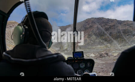 Getting ready to land on the White Island / Whakaarian volcano on our private helicopter trip. Near Turanga, New - Stock Photo
