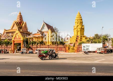 Traffic passing Wat Ounalom, Preah Sisowath street Riverside Phnom Penh cambodia - Stock Photo