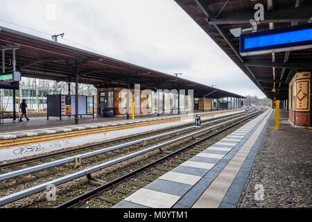 Berlin-Grunewald S-Bahn railway station serves the S7 line of the BVG commuter rail network, Platform & rail tracks - Stock Photo