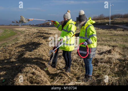 Southport, Merseyside. UK Weather. 25th January, 2018 Sunshine and showers.  A team of female Viola Litter pickers - Stock Photo