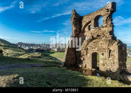 Edinburgh, UK. 25th Jan, 2018. Mild weather moves into the UK. St Anthony's Chapel which sits in Holyrood Park and - Stock Photo