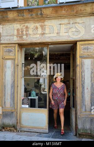 France, Var, Provence Verte, Cotignac, the painter Corinne View in front of his workshop gallery - Stock Photo