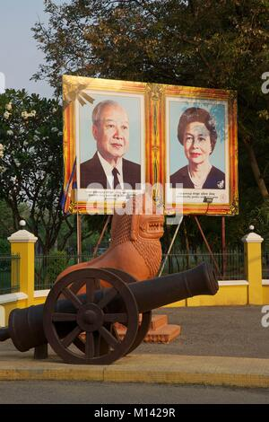 Cambodia, Battambang, portrait of the former king of Cambodia, Norodom Sihanouk, and his wife, in front of the gates - Stock Photo