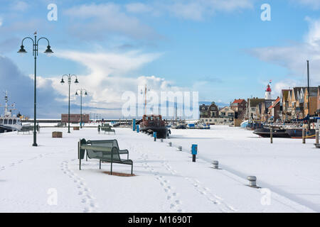 Dutch harbor of fishing village Urk in winter time - Stock Photo