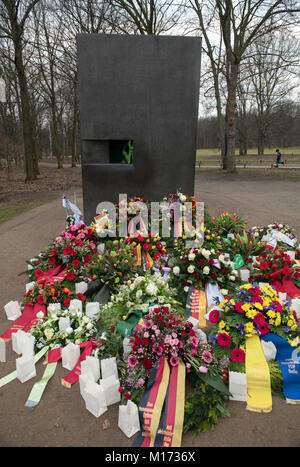 Berlin, Germany. 27th Jan, 2018. Flowers, wreaths and candles have been laid during a commemoration ceremony for - Stock Photo