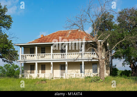 Texas, Hill Country, Llano County, old house on Hwy 16 south of Llano - Stock Photo