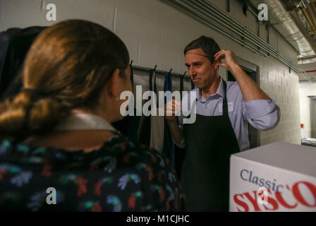 Houston, Texas, USA. 28th January, 2018. Beto O'Rourke, D-Texas prepares to serve at The Beacon homeless shelter - Stock Photo