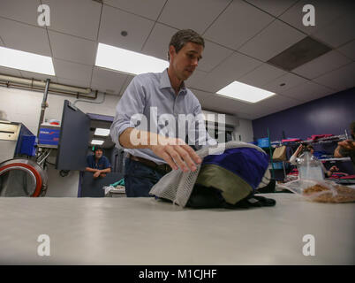 Houston, Texas, USA. 28th January, 2018. Beto O'Rourke, D-Texas sorts laundry at The Beacon homeless shelter in - Stock Photo