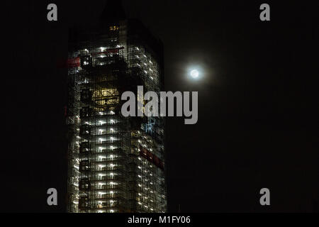 London, UK. 30th Jan, 2018. A Waxing Gibbous moon with 98% illumination is seen alongside the Elizabeth Tower of - Stock Photo
