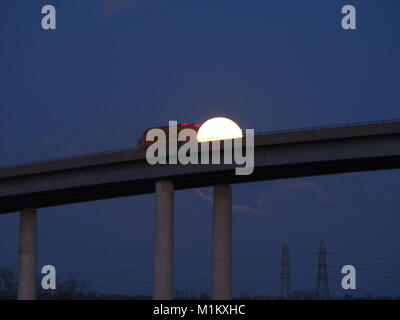 Iwade, Kent, UK. 31st January, 2018. UK Weather: the full supermoon rises above the A249 Sheppey Crossing - the - Stock Photo