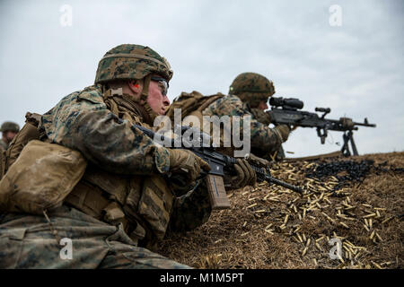 U.S. Marine Lance Cpl. David L. Alexander, left, a machine gunner with Battalion Landing Team, 2nd Battalion, 6th - Stock Photo