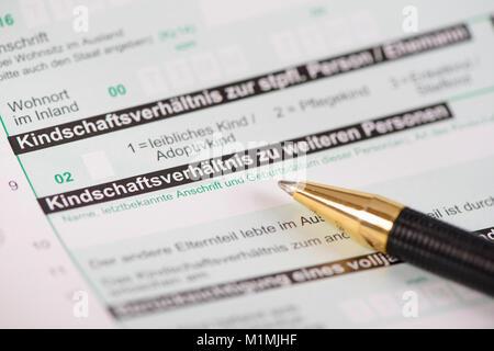 Steuererklärung für Finanzamt mit Formular Kindschaftsverhältnis - Stock Photo