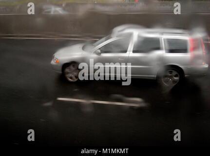 AJAXNETPHOTO. M25 MOTORWAY, ENGLAND. - WET CONDITIONS ON THE M25 MOTORWAY. PHOTO:JONATHAN EASTLAND/AJAX REF:RGX72906 - Stock Photo