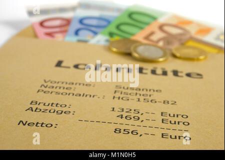 Lohntüte mit Euro - Wolfgang Filser [Jede Nutzung ist honorarpflichtig. Veroeffentlichung nur gegen Honorarzahlung, Urhebervermerk und Belegexemplar.  Stock Photo