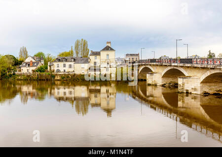 Old houses built on an island in the middle of the Vienne river at Chinon.  The bridge crosses from Chinon to Le - Stock Photo