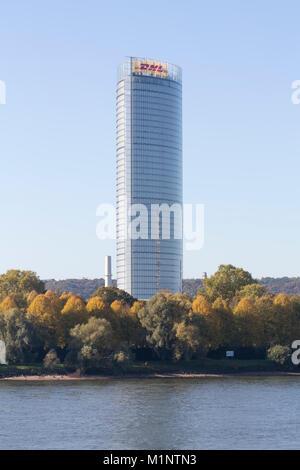 Bonn, Regierungsviertel (Bundesviertel, Parlamentsviertel), Blick über den Rhein, Posttower, 2000-2002 von Murphy/Jahn - Stock Photo