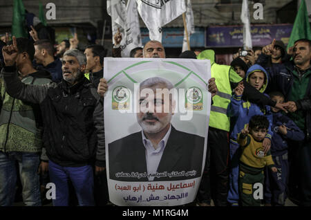 Gaza City, Gaza Strip. 01st Feb, 2018. Supporters of the Hamas Palestinian Islamist movement shout slogans and hold - Stock Photo