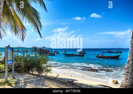 JOHNNY CAY, COLOMBIA - JANUARY 09, 2015: People boarding the ships to return to San Andres from Johnny Cay. - Stock Photo