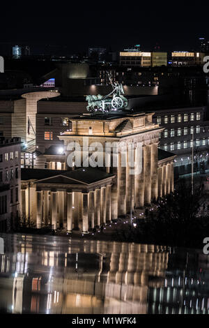 Berlin, Germany. 1st Feb, 2018. Parts of the Brandenburger Gate reflect on the rooftop of the Reichstag at night - Stock Photo