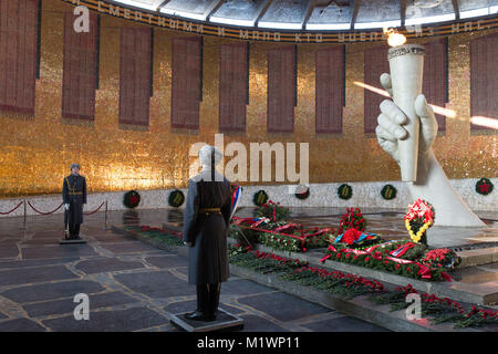 Volgograd, Russia. 2nd Feb, 2018. Soldiers stand guard at the Eternal Flame at the Battle of Stalingrad State Historical - Stock Photo