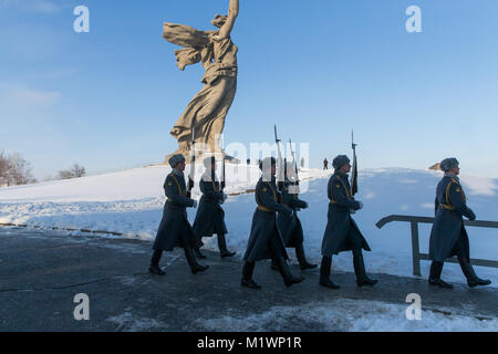 Volgograd, Russia. 2nd Feb, 2018. Soldiers parade on Mamayev Kurgan, on which the Battle of Stalingrad State Historical - Stock Photo