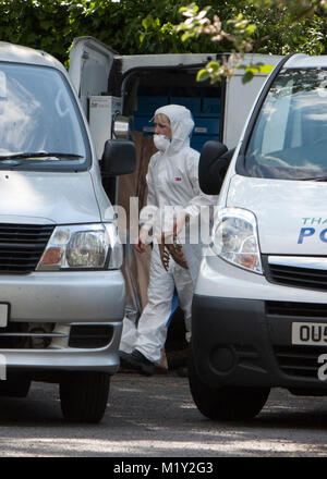 © RICH BOWEN. 27/05/2012. Bracknell, Berkshire, U.K. Forensic officers carrying shoes away from the scene where - Stock Photo