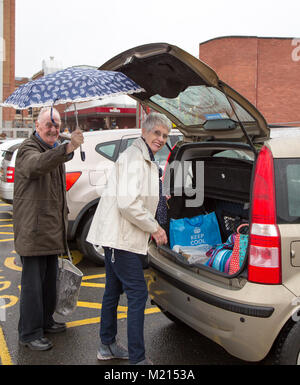 Kidderminster, UK. 3rd February, 2018. UK weather: brollies are out and hoods are up as weekend shoppers face a - Stock Photo