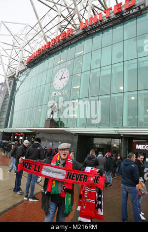 Manchester, UK, 3 Feb 2018. A scarf seller on the 60th anniversary of the Munich Air Disaster. On the 6th February - Stock Photo