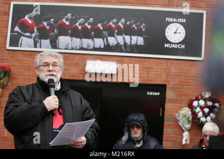 Manchester, UK, 3 Feb 2018. Author, Pete Martin sings 'The Pride of Football',  on the 60th anniversary of the Munich - Stock Photo