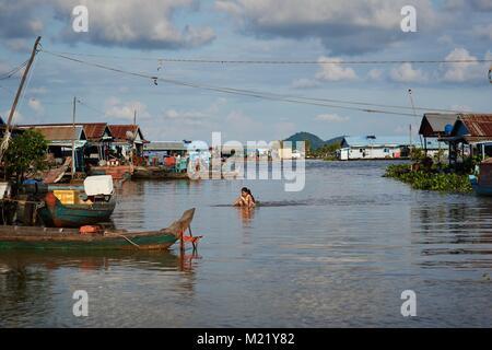 Little girl rowing, Tonlé Sap, Kompong Chhnang - Stock Photo