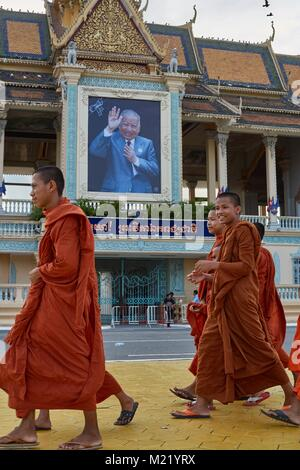 Monks walkink in front of Royal Palace, Phnom Penh, Cambodia - Stock Photo