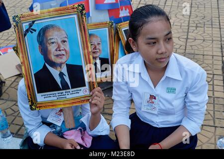 Schoolgirls cheering for Cambodian King, Royal Palace, Phnom Penh, Cambodia - Stock Photo
