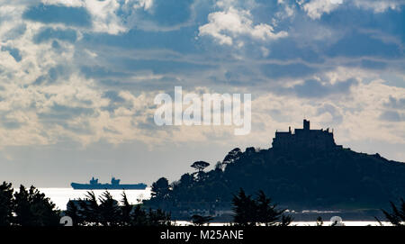 Marazion, Cornwall, UK. 5th Feb 2018. UK Weather. The Queen Elizabeth aircraft carrier was making the most of the - Stock Photo