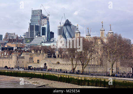 London, UK. 5th February, 2018. UK Weather. A cold and grey sky with flurries of snow over the Tower of London and - Stock Photo