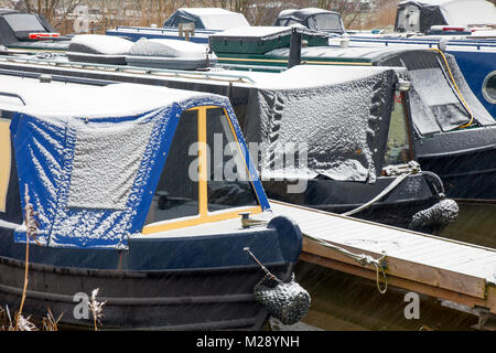 Rufford, Lancashire, UK. 06/02/2018. UK Weather.  Cold start to the day on the Leeds Liverpool canal for houseboat - Stock Photo
