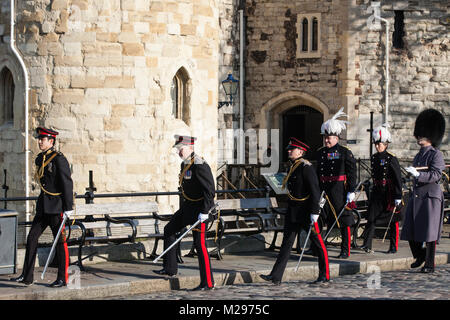 London, UK. 6th Feb, 2018. Dignitaries leave the Tower of London following a 62-gun salute by the Honourable Artillery - Stock Photo