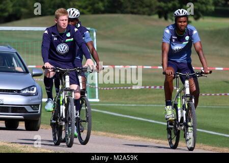 Mit dem Fahrrad vom Hotel zum Trainingsplatz: (v.l.n.r.:) Kevin De Breuyne, Josuha Guilavogui und Naldo  VfL Wolfsburg - Stock Photo