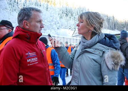 Interview mit Schanzenchef Matthias Schlegel - Vor zahlreichen Schaulustigen wurde am Samstag (30.11.2013) im Schmiedsbachtal an der Hochfirstschanze der Schwarzwaldgletscher von  Titisee-Neustadt geöffnet. Mit dem Schnee vom vergangenen Winter, der unter Styroporplatten, Sägemehl und Plastikfolien übersommert hat, wird jetzt die Hochfirstschanze mit Schnee belegt. Dort werden vom 13. bis 15. Dezember 2013 wieder zwei FIS Weltcup-Skispringen ausgetragen. Der zehn Meter hohe und 65 Meter lange Schneeberg umfasst etwa 7.000 Kubikmeter.
