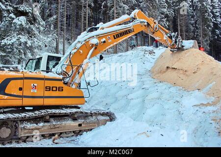 Vor zahlreichen Schaulustigen wurde am Samstag (30.11.2013) im Schmiedsbachtal an der Hochfirstschanze der Schwarzwaldgletscher von  Titisee-Neustadt geöffnet. Mit dem Schnee vom vergangenen Winter, der unter Styroporplatten, Sägemehl und Plastikfolien übersommert hat, wird jetzt die Hochfirstschanze mit Schnee belegt. Dort werden vom 13. bis 15. Dezember 2013 wieder zwei FIS Weltcup-Skispringen ausgetragen. Der zehn Meter hohe und 65 Meter lange Schneeberg umfasst etwa 7.000 Kubikmeter.